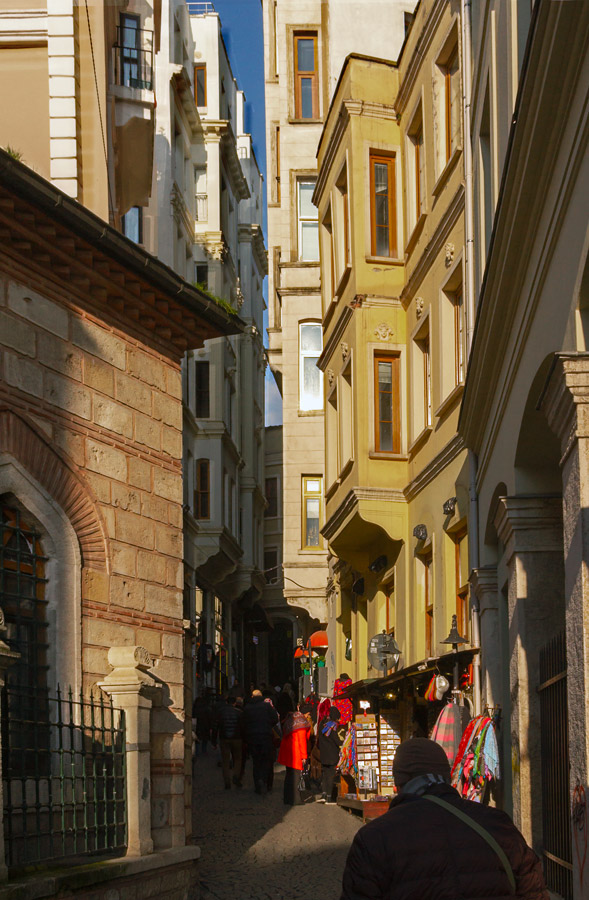 narrow streets of Istanbul